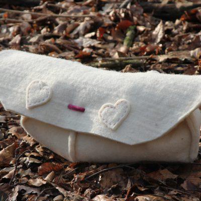 Cocon met hartjes, voorzijde,  € 280,- (incl. btw. excl. verzendkosten)  (Lengte:  45 cm., voor een baby tot 35 cm.)